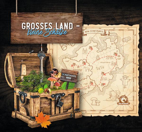 """Auf einem Holzschild steht """"Großes Land –kleine Schätze"""", darunter ist eine Schatztruhe aus Holz zu sehen, daneben ist eine Karte von NRW im Look einer Schatzkarte abgebildet."""