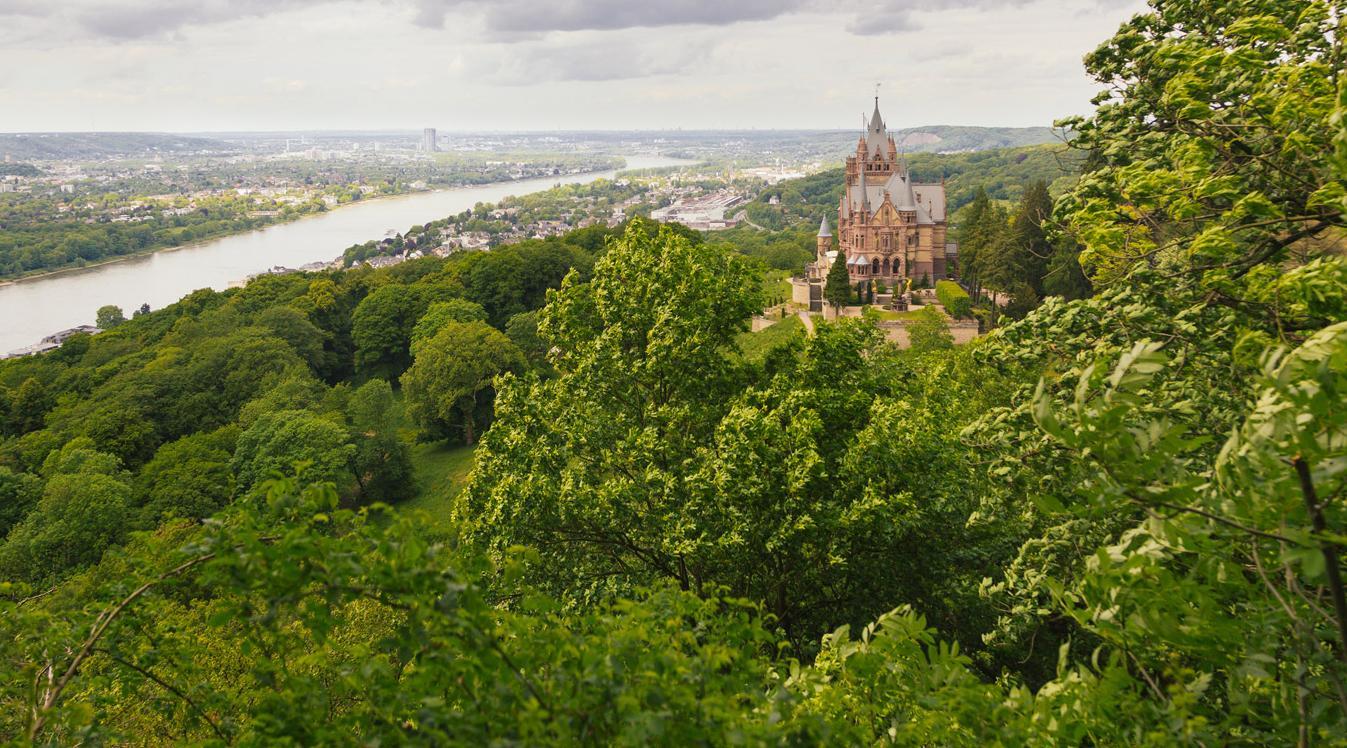 Panoramaansicht auf Schloss Drachenburg.