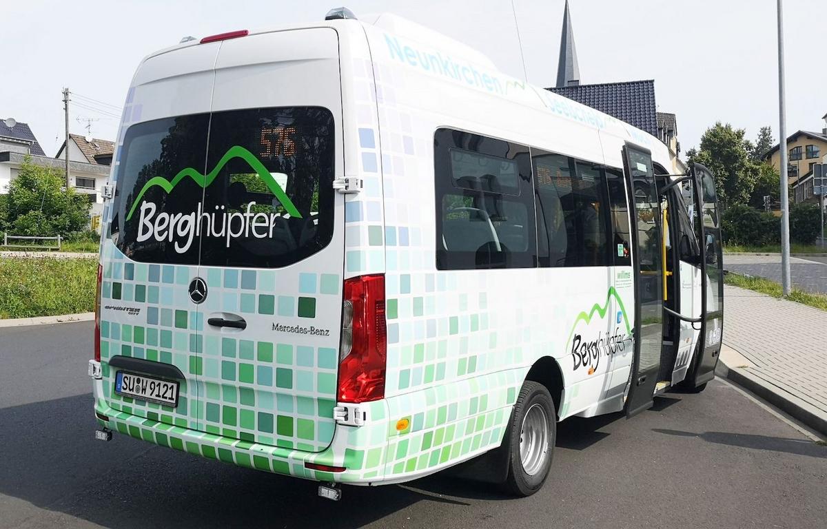 Ein weiß-grüner Kleinbus, auf den der Schriftzug Berghüpfer geklebt wurde.